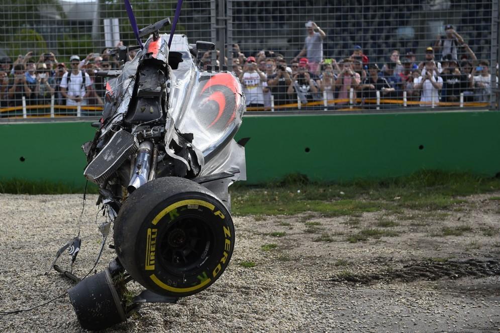 I rottami della McLaren di Alonso dopo l'incidente di Melbourne