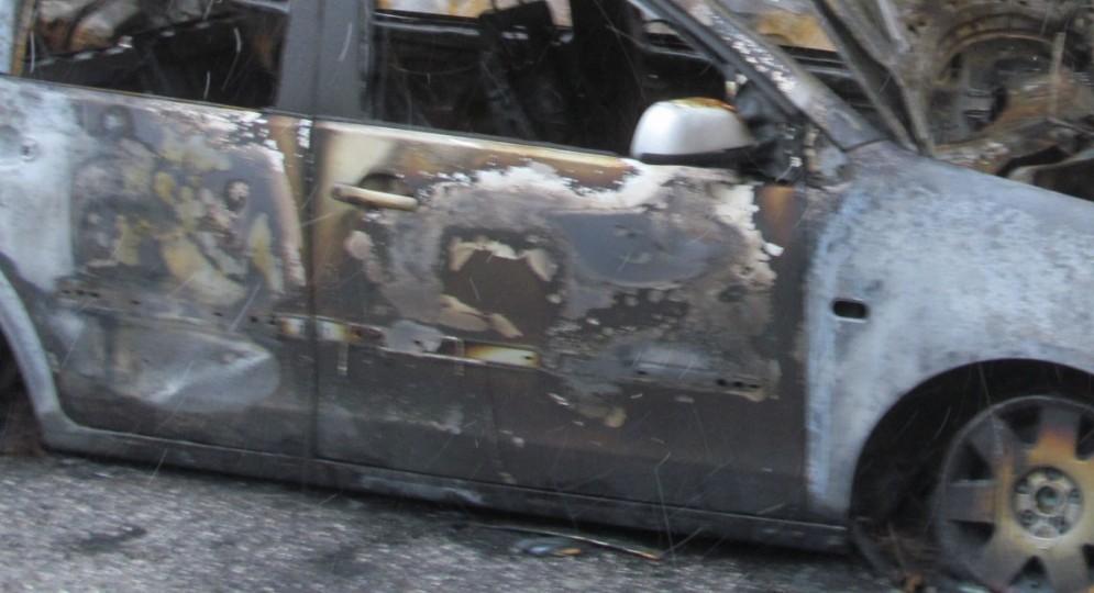Un'auto distrutta dal fuoco