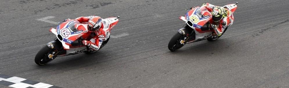 Andrea Dovizioso e Andrea Iannone in lotta in Argentina