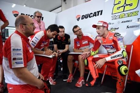 Iannone al box Ducati