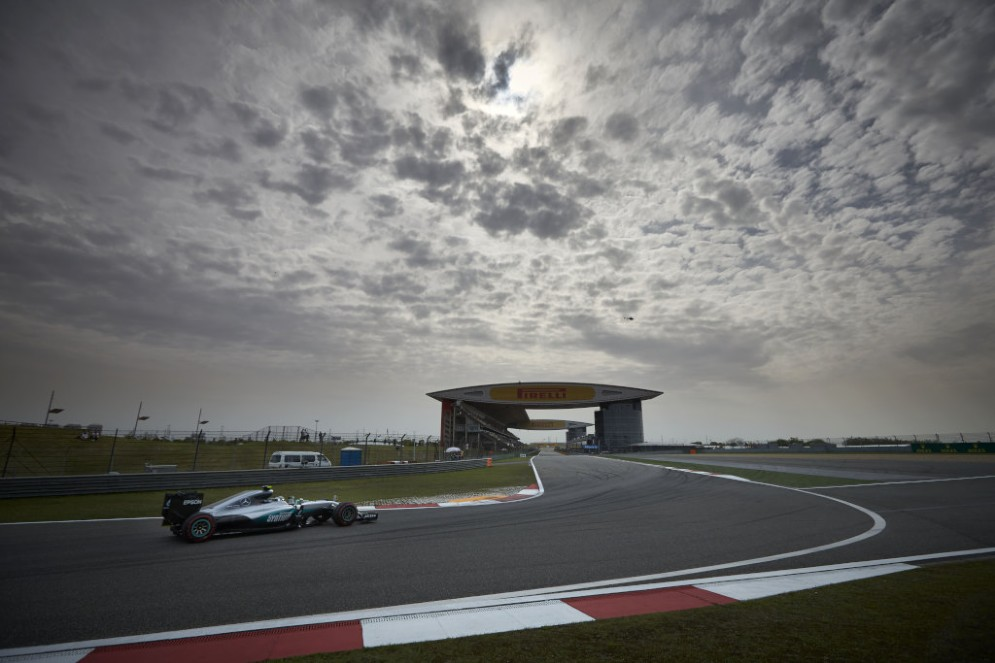 Il poleman Nico Rosberg in pista a Shanghai