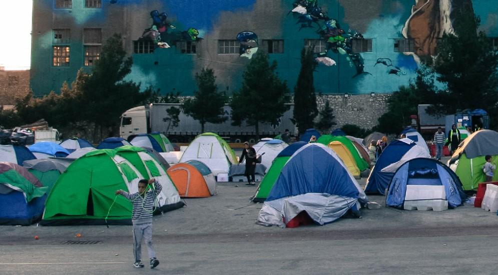 Il campo profughi sorto nel porto del Pireo, Atene