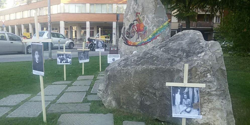Le croci posizionate a ridosso del monumento partigiano