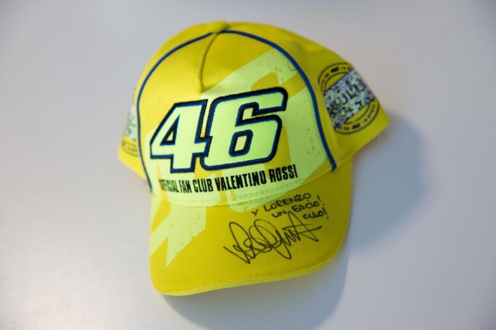 Il cappellino autografato e dedicato da Vale