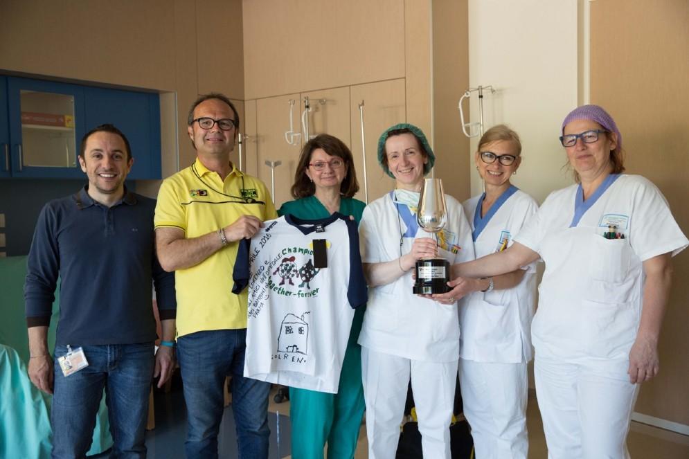Foto di gruppo con Flavio Pratesi, responsabile del fan club
