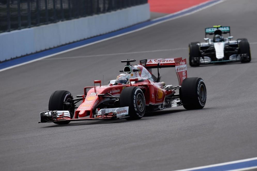 Vettel in azione davanti alla Mercedes