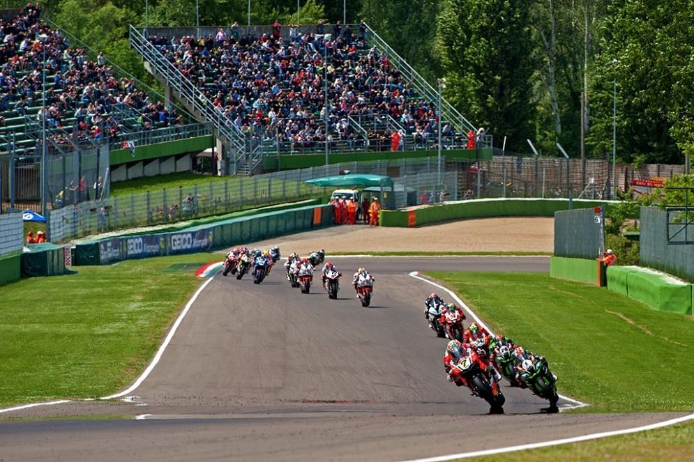 La partenza di gara-1 della Superbike a Imola