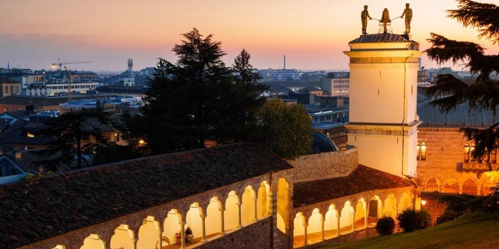 Un'immagine notturna di Udine