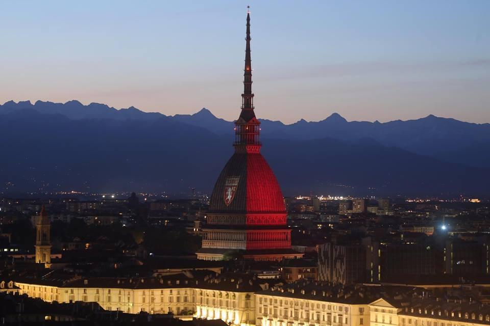 La Mole Antonelliana si tinge di granata in onore del Grande Torino