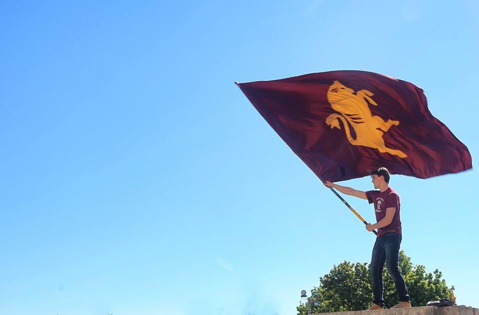 Una bandiera del Toro sventola sul colle di Superga