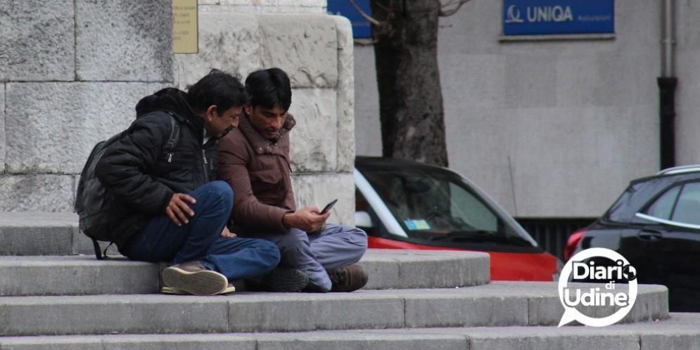 Migranti a Udine con il telefonino