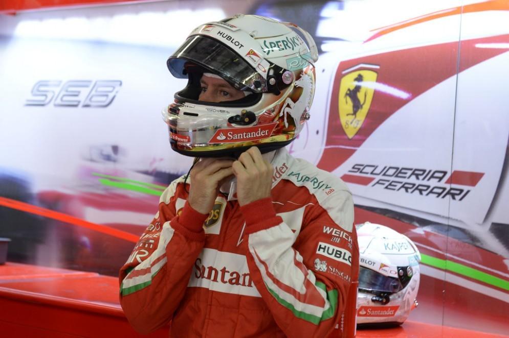 Sebastian Vettel indossa il casco
