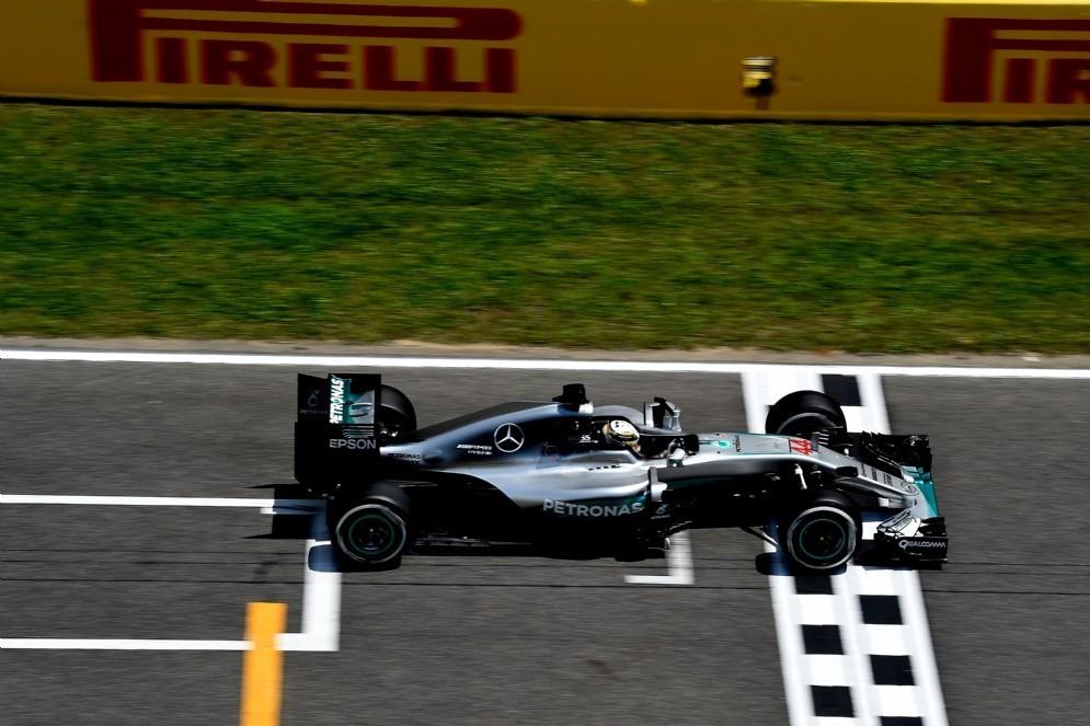 Lewis Hamilton sul traguardo del GP di Spagna