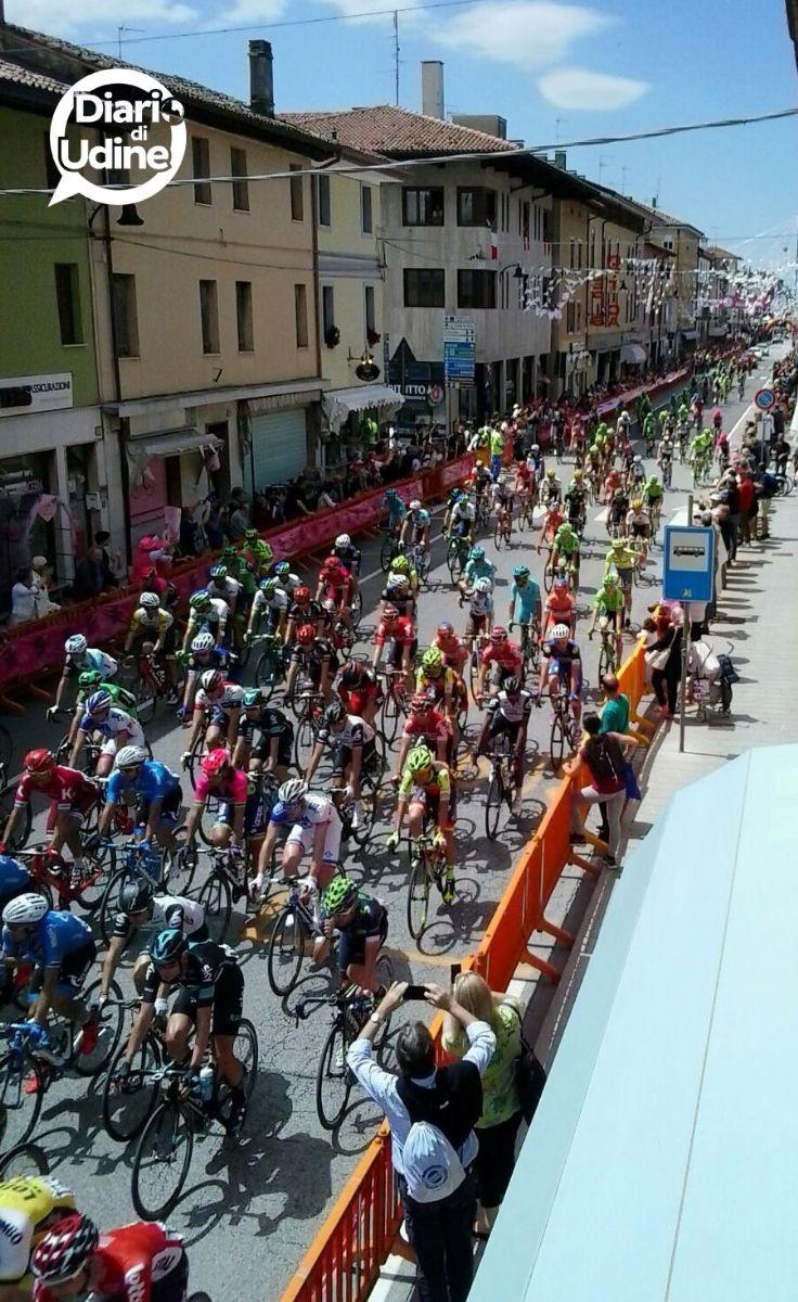 Il passaggio dei ciclisti sotto i bastioni