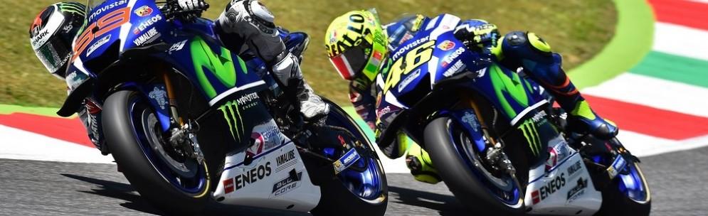 Valentino Rossi nei tubi di scarico di Jorge Lorenzo a inizio gara