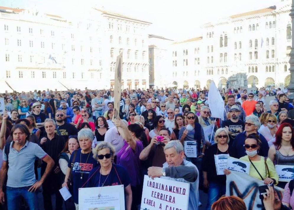 Le persone scese in piazza contro la Ferriera (© Comitato5dicembre)