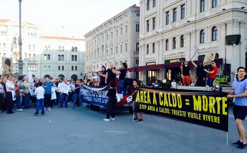 Le persone scese in piazza contro la Ferriera