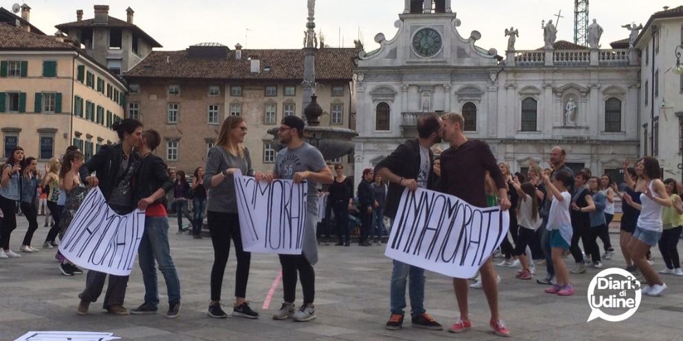 I baci all'insegna dell'amore a Udine (© Diario di Udine)