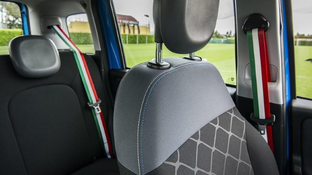 Le cinture di sicurezza sono tricolori e gli interni di tessuto bicolore nero/grigio