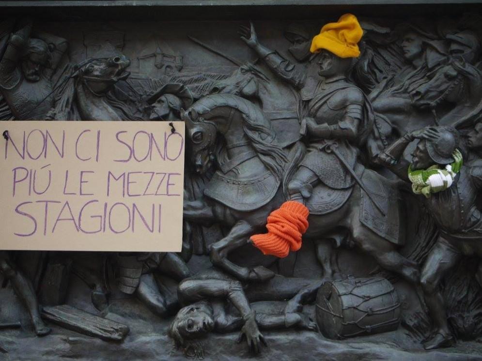 A Torino statue con sciarpe e cappelli (© Rete Clima Torino)