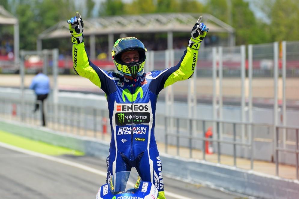 Valentino Rossi con le braccia alzate a Barcellona
