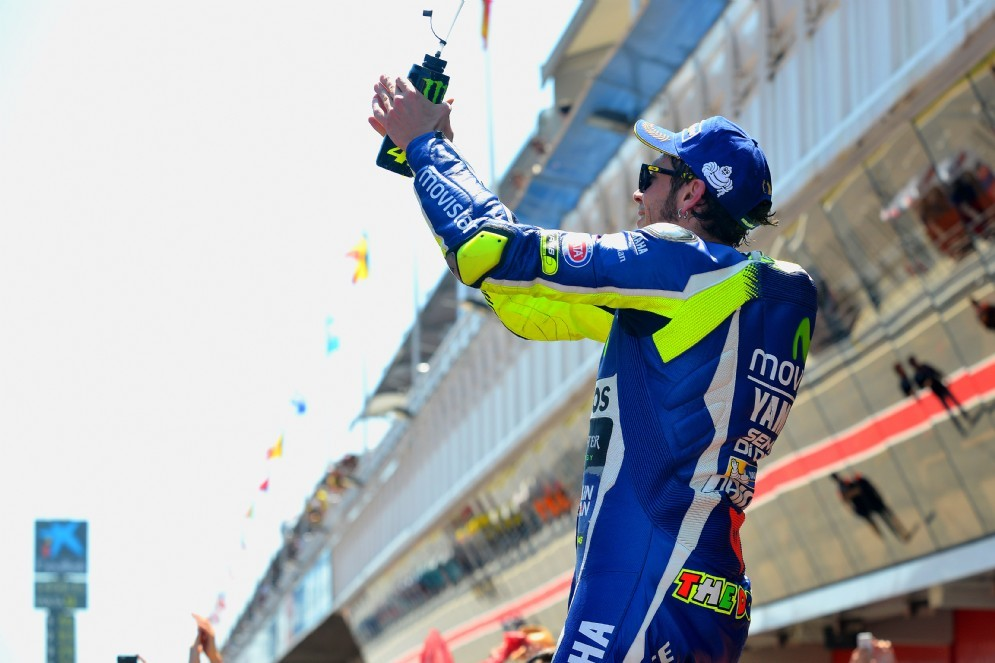 Valentino Rossi a braccia alzate dopo il traguardo