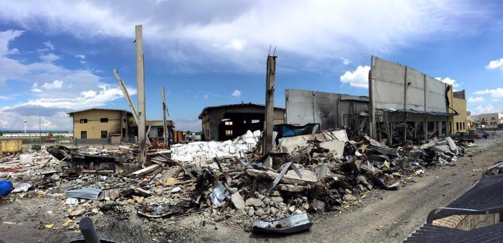 La desolazione dopo l'incendio che è divampato alla Darmkem (© Christian Bernardinelli)