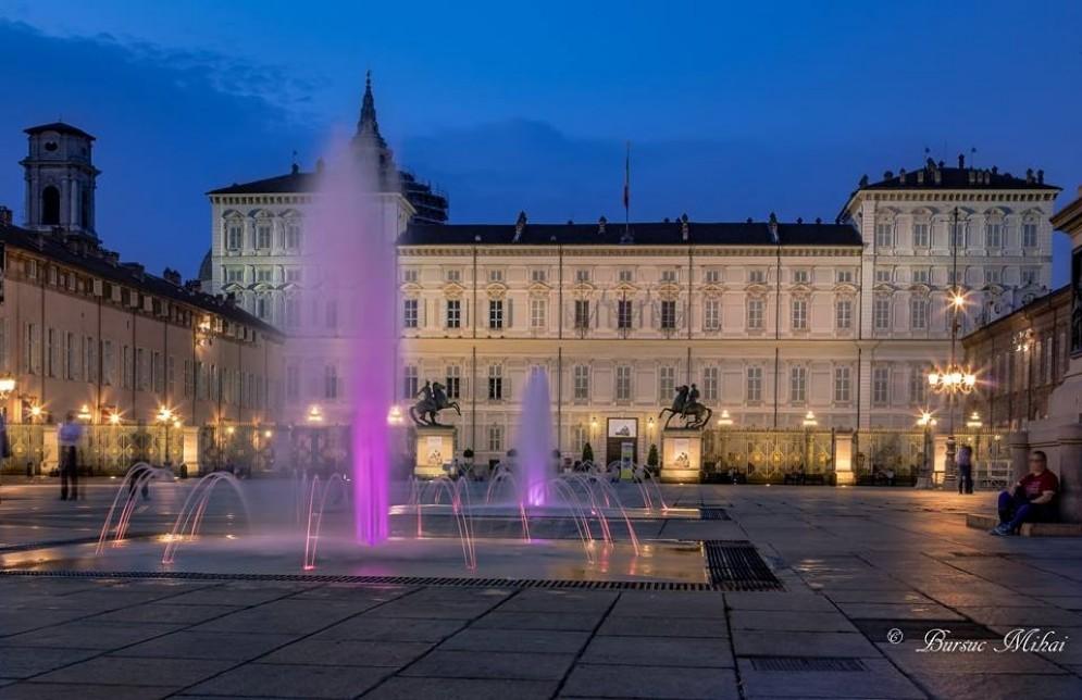 Luci e colori in piazza Castello con le «nuove» fontane (© Mihai Bursuc)