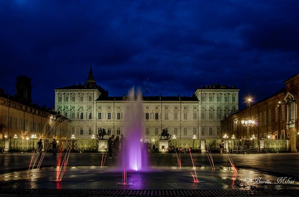 Luci e colori in piazza Castello con le «nuove» fontane