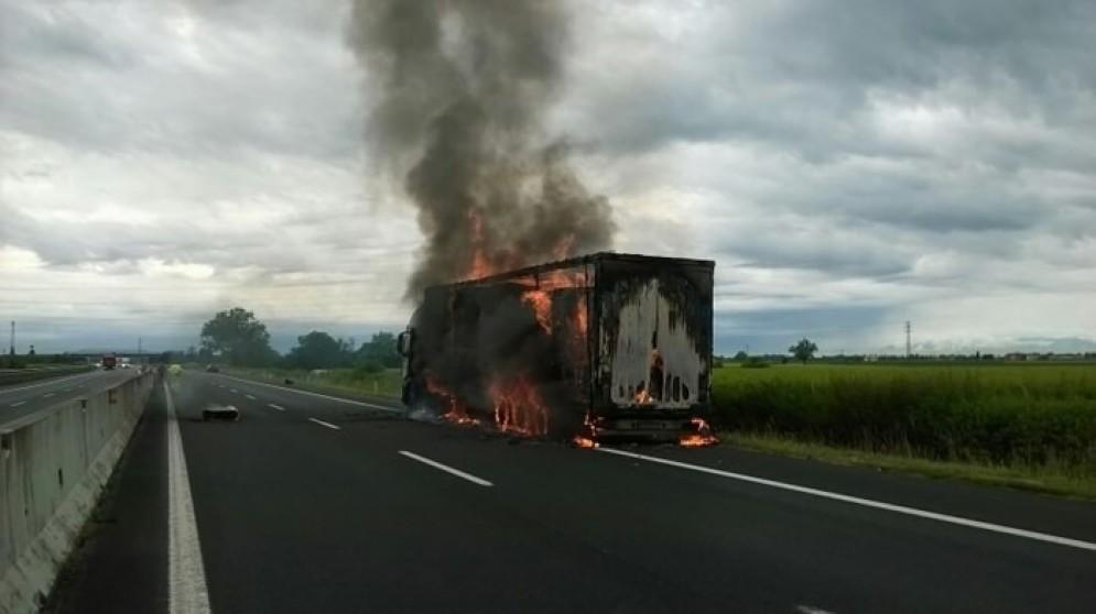 Il camion in fiamme sulla A4