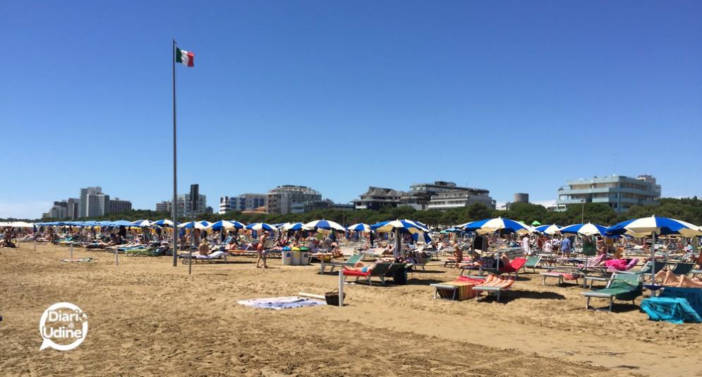 La spiaggia di Lignano affollata