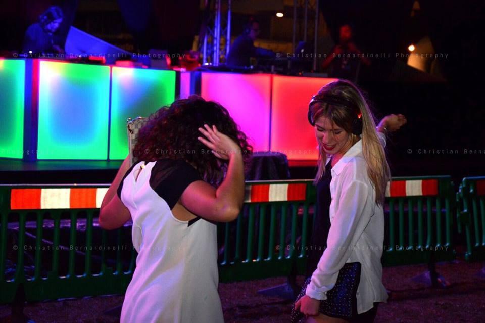 Due ragazze ballano nel