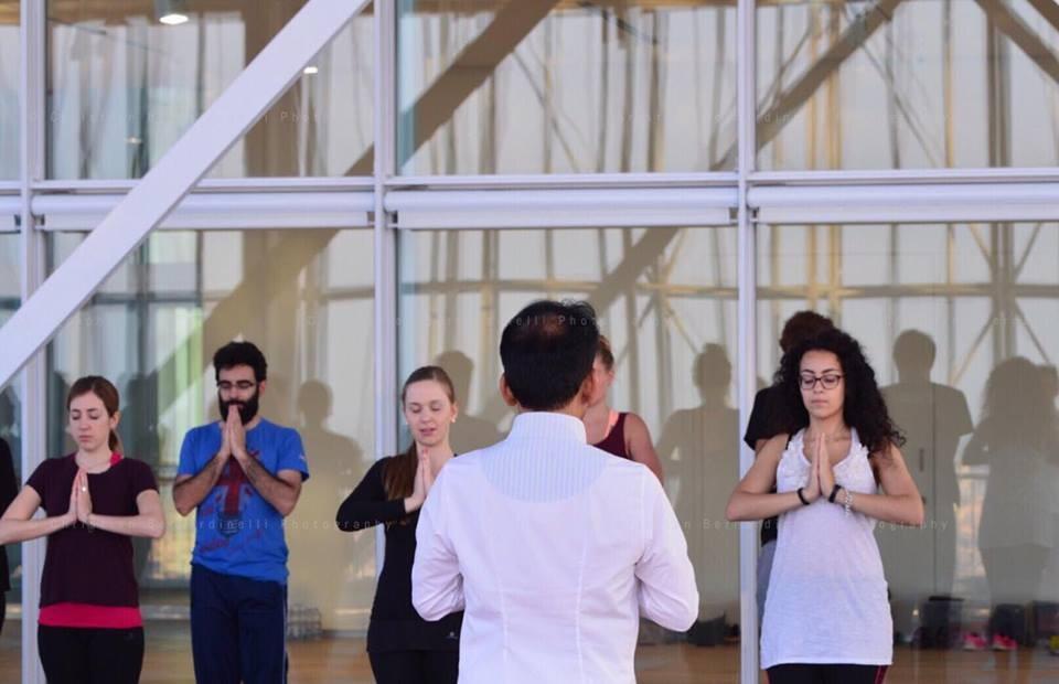 Il maestro James Eruppakkattu tiene una lezione di Yoga
