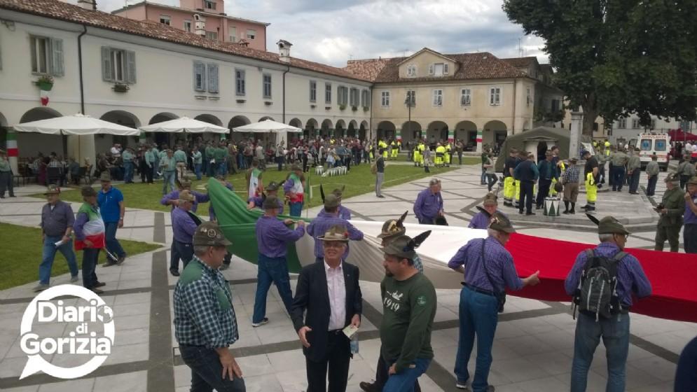 Un grande tricolore in piazza Sant'Antonio