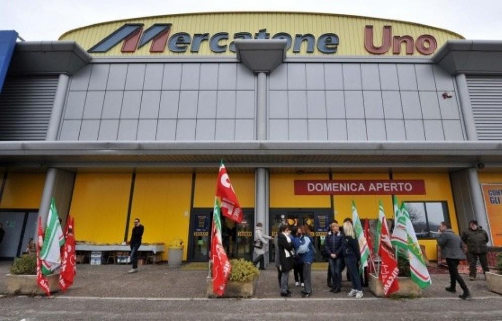 Lavoratori protestano davanti alla sede del Mercatone Uno