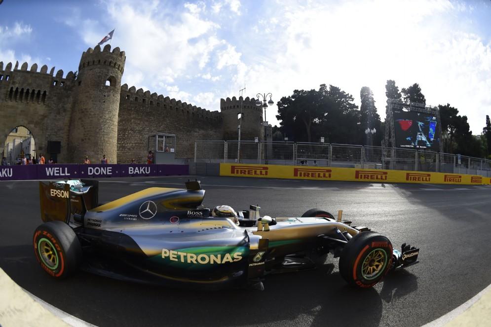 Lewis Hamilton in azione in Azerbaijan