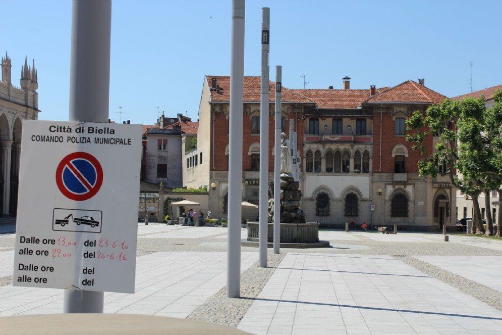 Biella: Piazza Duomo, i nuovi lampioni