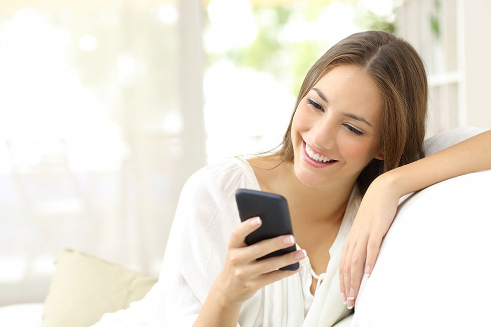 Smartphone, le donne non vi rinunciano