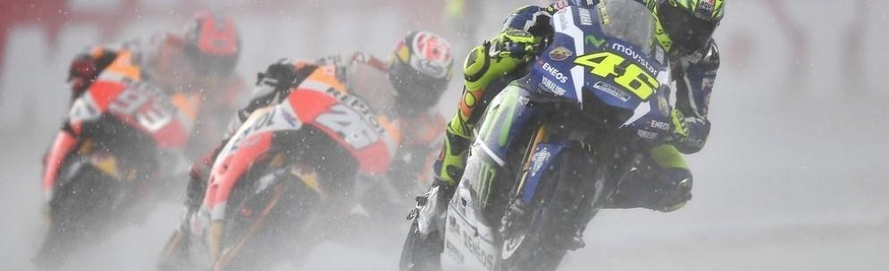 Valentino Rossi davanti alle Honda ad Assen