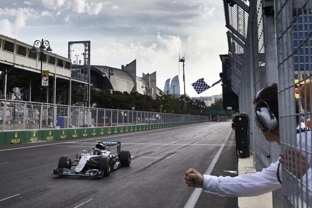 Nico Rosberg taglia il traguardo vincitore a Baku