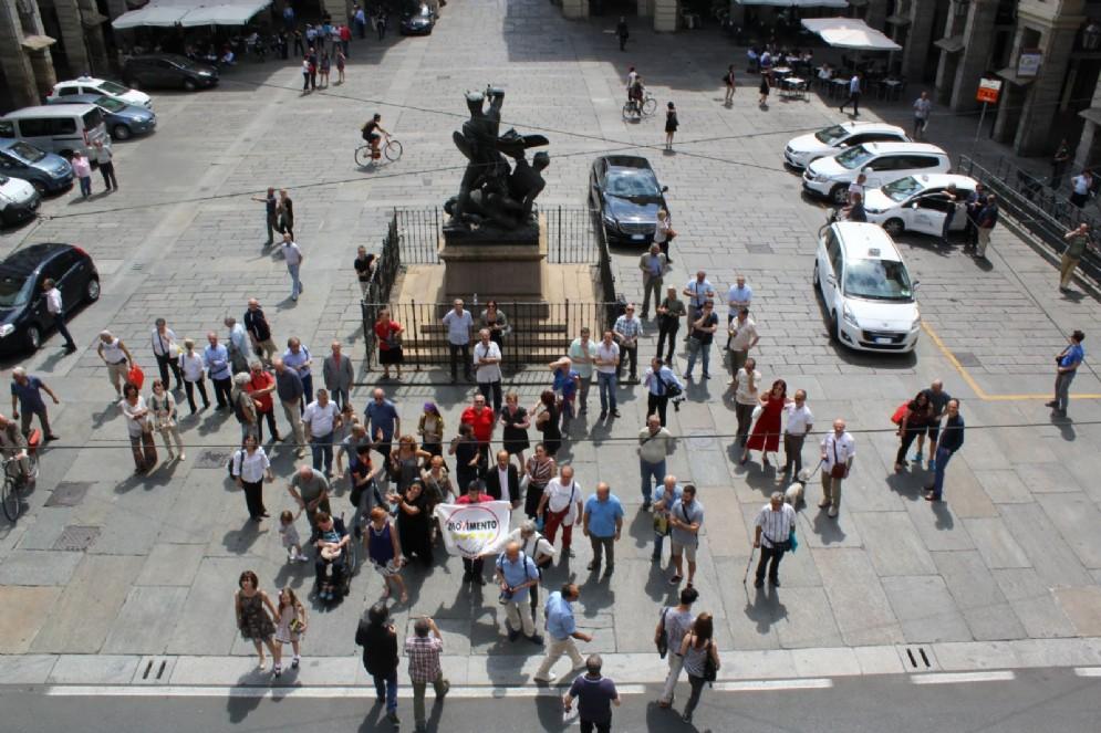 Un piccolo gruppo di attivisti, sotto Palazzo di Città