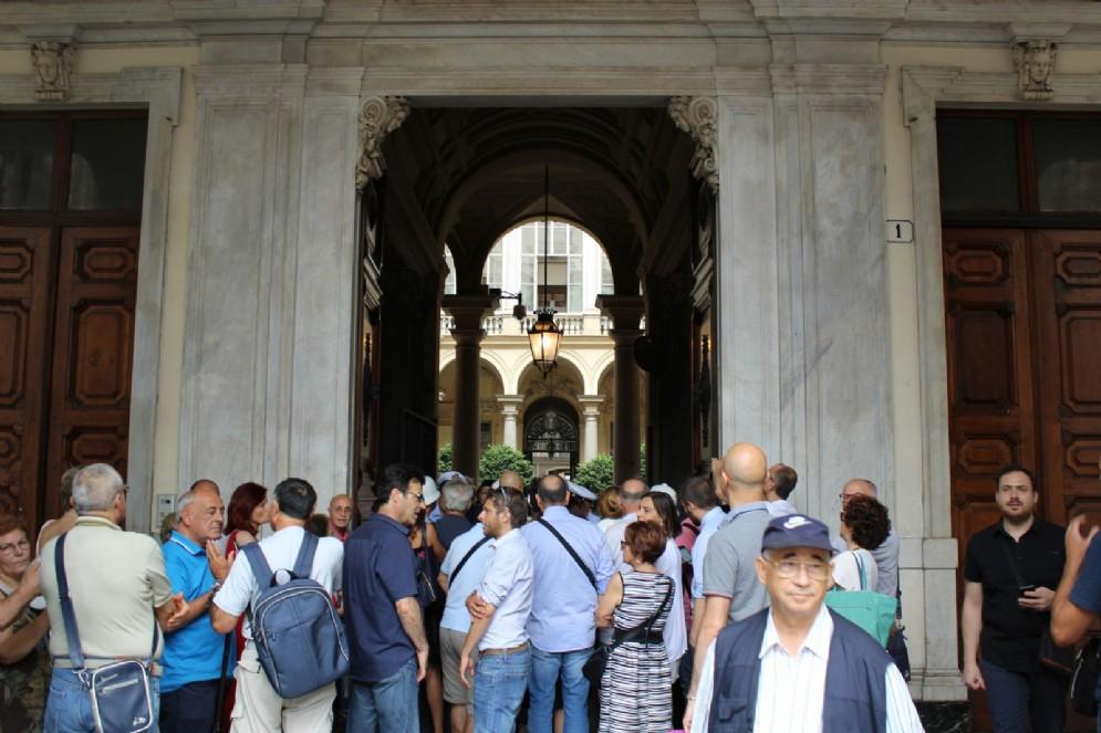 Una folla di curiosi in attesa di entrare in Comune
