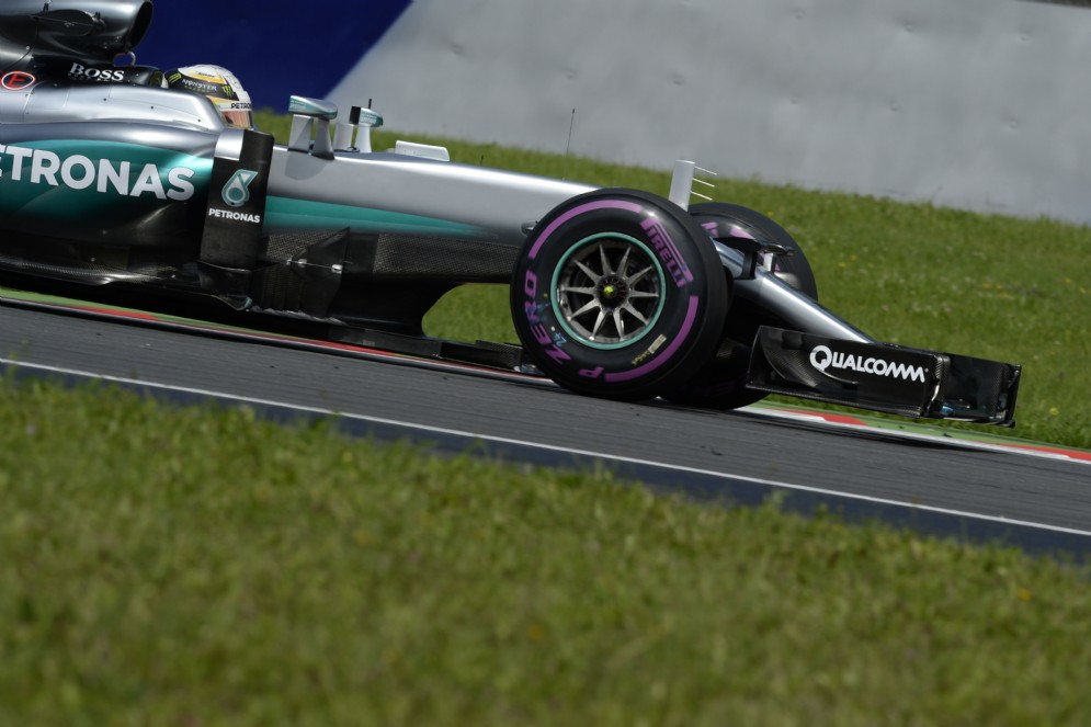 Lewis Hamilton si prende la pole position