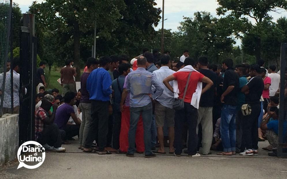 I migranti all'interno della Caserma Cavarzerani di Udine