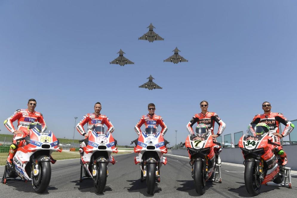 Le Frecce tricolori salutano i piloti ufficiali