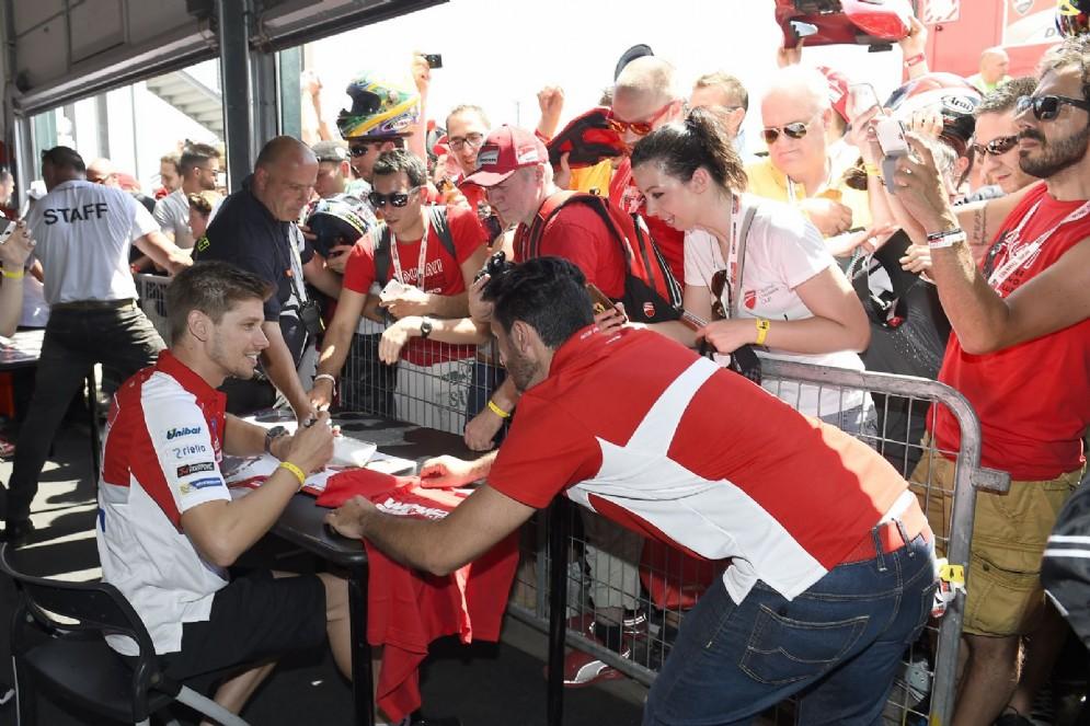 Casey Stoner firma autografi per i fan