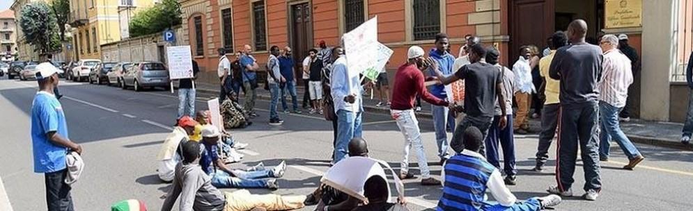 Richiedenti asilo davanti alla Prefettura di Biella