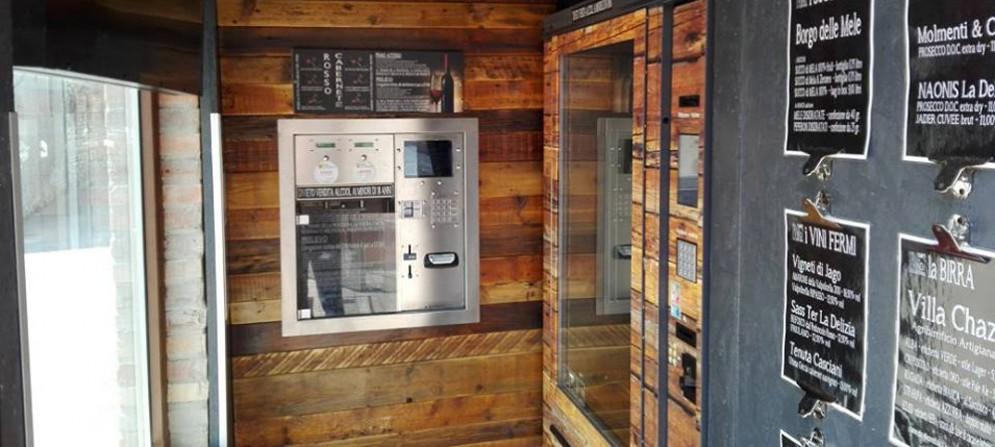 L'interno della casetta del vino di Cussignacco e l'erogatore del vino