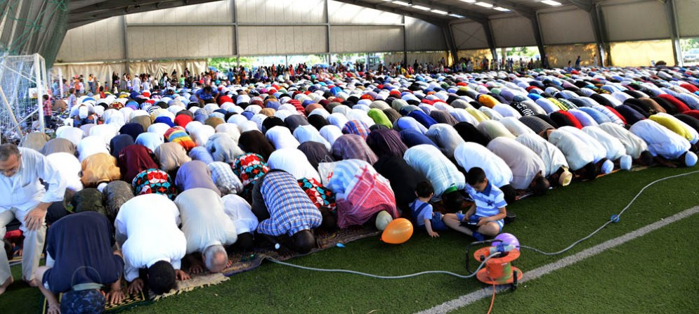 I molti musulmani riuniti a Cussignacco per la fine del Ramadan