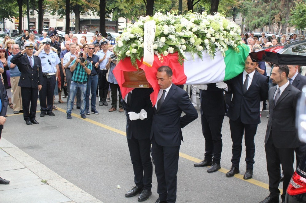 Il feretro di Claudia D'Antona, coperto da una bandiera italiana (© Diario di Torino)